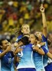Jogadoras do Brasil comemoram gol de Andressa Alves na vitória sobre a Espanha