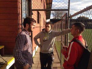O repórter [à esq.] conversa com Kilian [cinza] e Fabian [vermelho]