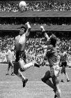 MARADONA CONVIERTE SU FAMOSO GOL CON LA MANO FRENTE A INGLATERRA EN MEXICO 86.  FOTO: EDUARDO LONGONI