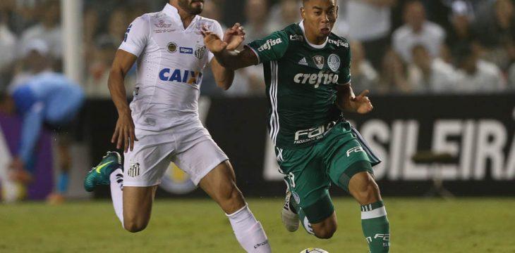 O jogador Gabriel Jesus, da SE Palmeiras, disputa bola com o jogador Thiago Maia, do Santos FC, durante partida válida pela trigésima terceira rodada, do Campeonato Brasileiro, Série A, no Estádio da Vila Belmiro.